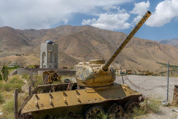 Restos de um tanque soviético utilizado durante a Guerra do Afeganistão de 1979.