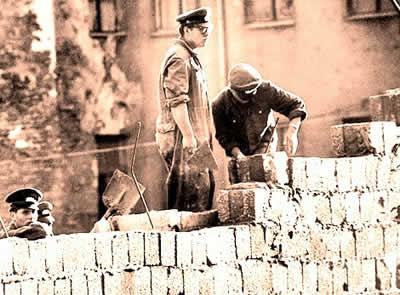 Soldados que participaram da construção do muro que dividiu o território alemão