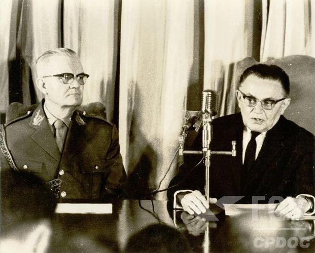 À direita na imagem (usando terno escuro), está Humberto Castello Branco, presidente do Brasil de 1964 a 1967*