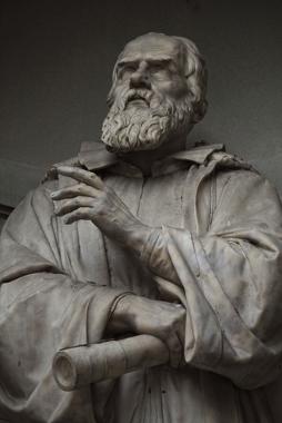 Estátua de Galileu (munido de seu telescópio) no Palácio de Uffizi, em Florença, Itália