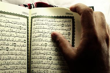 Além do livro sagrado do Alcorão, os sunitas também pautam-se pela Suna, livro dos feitos de Maomé, o que acentua sua diferença com os xiitas