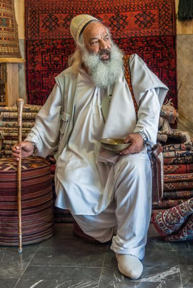 Acima, a imagem de um mestre sufi no mercado da cidade de Isfahan, no Irã *