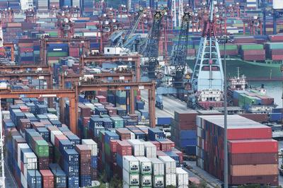 Portos, navios e aviões cargueiros, todo esse imenso sistema de transportes de produtos nasceu para comportar a complexidade do sistema capitalista