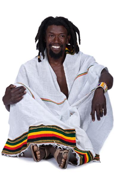 O uso de dreadlocks nos cabelos e de roupas largas com as cores da Jamaica são características da estética rastafariana