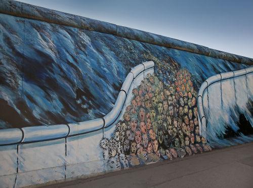Grafite em parte do muro de Berlim representando o reencontro entre as duas partes da cidade