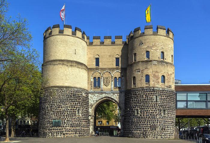 Um dos portões da cidade medieval de Hamburgo, Alemanha