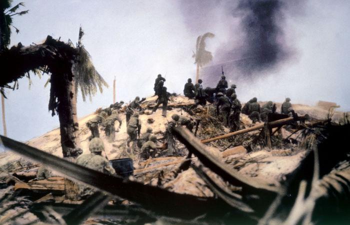 Invasão americana na Ilhas Gilbert durante a Batalha de Tarawa em 1943. Foto colorida digitalmente