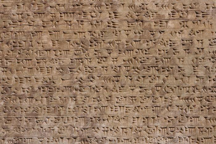 Bloco de argila contendo registros mesopotâmicos feitos na escrita cuneiforme