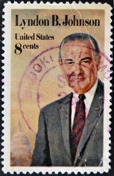 Lyndon Johnson assumiu a presidência em 1964 e aprovou a entrada dos EUA na Guerra do Vietnã em 1965 **