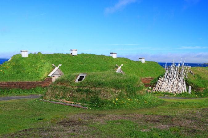 L'Anse aux Meadows, sítio arqueológico de uma aldeia viking construída no Canadá no século XII
