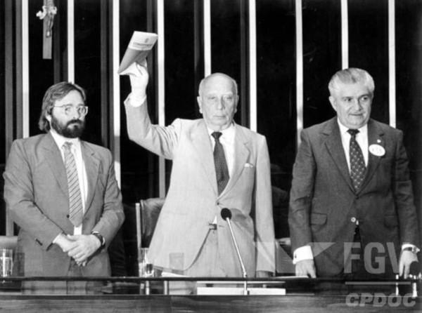 Ulysses Guimarães, presidente da Assembleia Constituinte, apresenta a Constituição Cidadã em outubro de 1988. (Créditos: FGV/CPDOC)