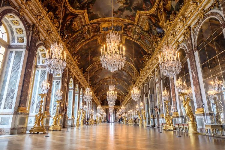 Galeria dos Espelhos, local em que foram assinados os tratados de paz da Guerra Franco-Prussiana e da Primeira Guerra Mundial.*