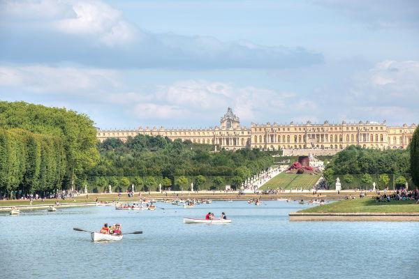Na imagem, o Grande Canal e o Palácio de Versalhes ao fundo.**