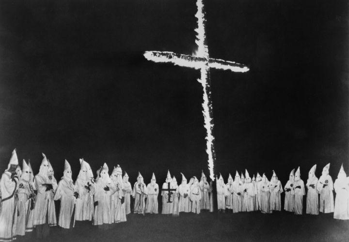 Ritual da Klan organizado no Tennessee, em meados da década de 1940, com um dos maiores símbolos da organização: a cruz em chamas.*