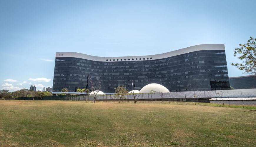 O Tribunal Superior Eleitoral (TSE) é a maior instituição jurídica do sistema eleitoral brasileiro e sua sede fica em Brasília (DF).***
