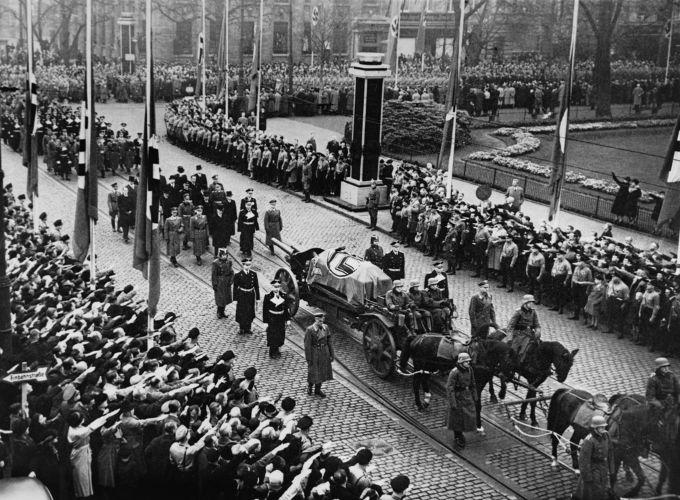 Funeral do diplomata alemão Ernst vom Rath, vítima de um ataque realizado por um estudante polonês em Paris.*