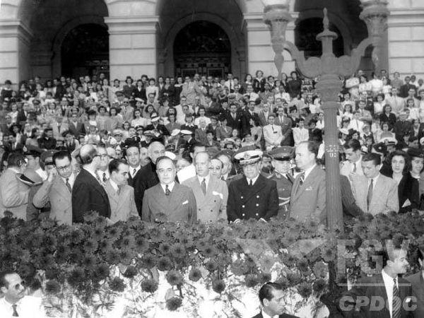Getúlio Vargas e outros representantes do Estado Novo durante um evento realizado no Rio de Janeiro, em 1943.**