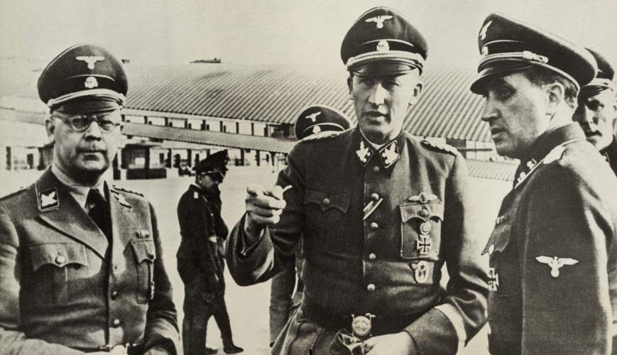 O plano de extermínio dos judeus conhecido como Solução Final foi elaborado por Heinrich Himmler (à esquerda) e Reinhard Heydrich (no centro).*