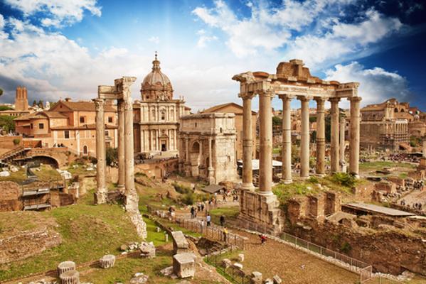 A cidade de Roma tornou-se alvo das invasões bárbaras, o que contribuiu para a queda do Império