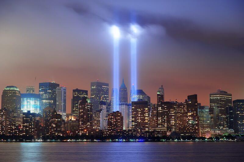 Acima, imagem do monumento ao 11 de setembro de 2001, denominado de Tribute in Light