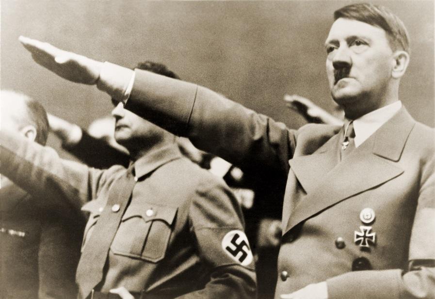 Adolf Hitler realizando a saudação nazista em foto de 1939.*