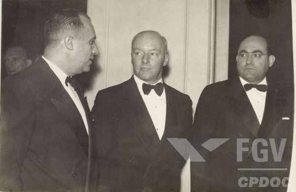 Ao centro da imagem, está Henrique Teixeira Lott, o encabeçador do Golpe Preventivo de 1955*