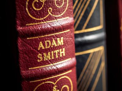 """As obras de Adam Smith, como """"A Riqueza das Nações"""", são consideradas pilares do liberalismo econômico clássico *"""