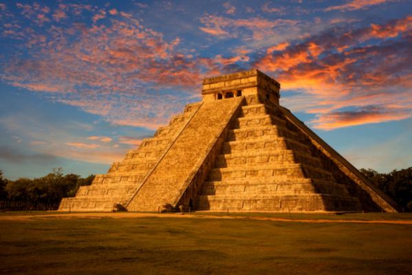 As pirâmides maias eram usadas com frequência em rituais de sacrifício humano