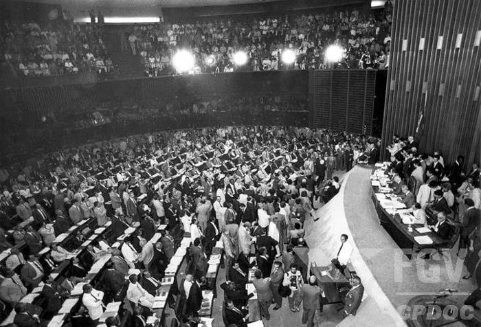 Assembleia Constituinte de 1987 reunida durante os trabalhos de elaboração da Constituição de 1988.*