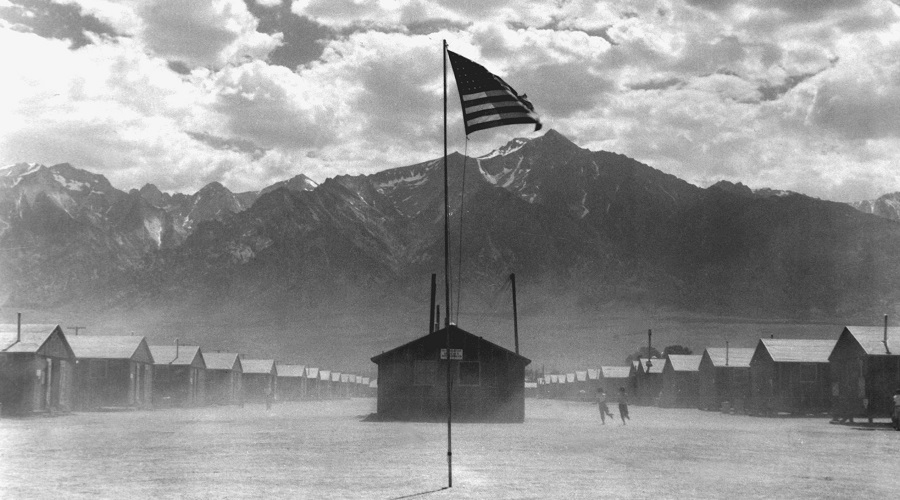 Campo de concentração de Manzanar, na Califórnia, durante uma tempestade de areia. Foto de 1942.