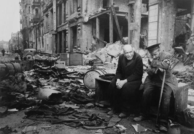 Dois alemães sentados em meio à destruição de Berlim, pouco depois da batalha que foi vencida pelos soviéticos