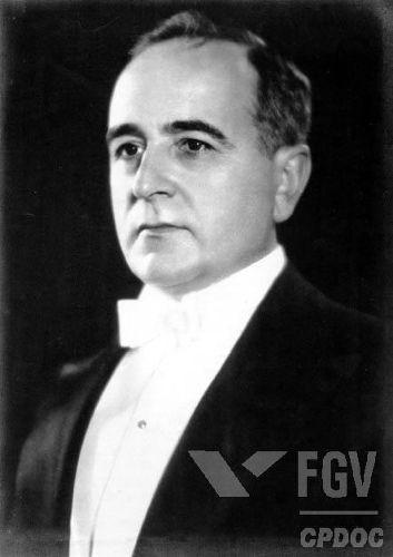 Durante a fase constitucional, Getúlio Vargas atuou na ampliação de seus poderes e na construção do Estado Novo.*