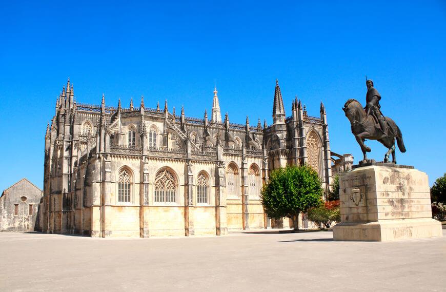 Estátua em homenagem a D. Nuno Álvares Pereira, líder das tropas portuguesas na Batalha de Aljubarrota.