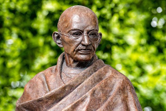 Estátua em homenagem a Gandhi construída na cidade de Londres, Inglaterra*