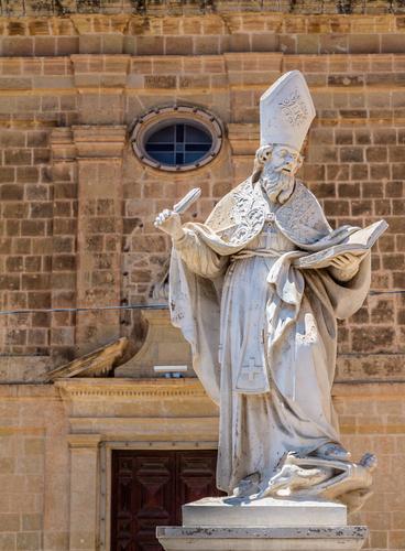 """Estátua de Santo Agostinho na frente do """"Convento Santo Agostinho"""", Victoria, Gozo, Malta"""