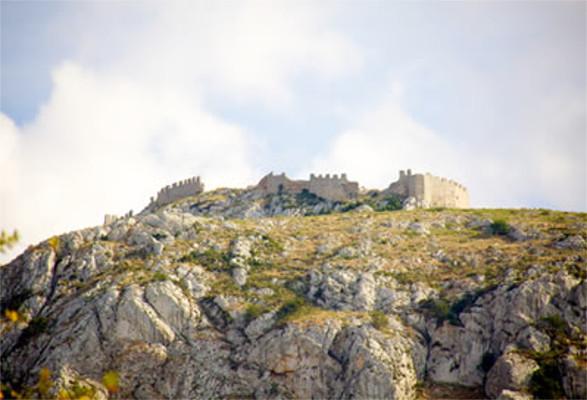 Fortificação em Corinto, cidade atacada pelos atenienses e que deu origem à Guerra do Peloponeso