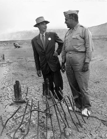 General Leslie Grove e o físico Oppeheimer no local da explosão da primeira bomba atômica
