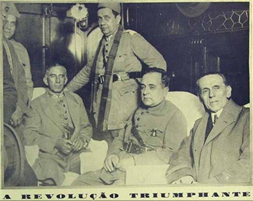 Getúlio Vargas, ao centro, com trajes militares na Revolução de 1930