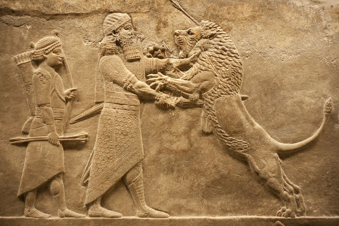 Guerreiros assírios retratados em escultura em relevo