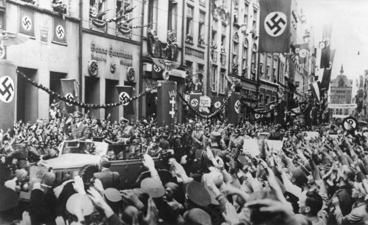 Hitler sendo recepcionado pela população de Danzig em festa, em 19 de setembro de 1939*