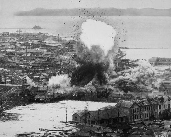 Imagem de 1951 que mostra um bombardeio norte-americano sobre a cidade norte-coreana de Wonsan