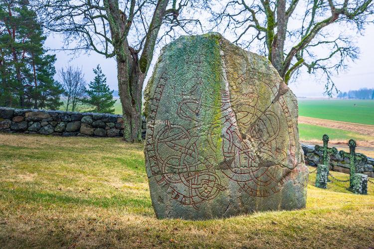 Inscrição rúnica (forma de escrita dos nórdicos) localizada na Suécia.