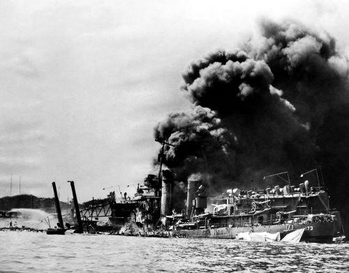 <i>USS Shaw</i>, navio da frota americana severamente danificado após o ataque sofrido em Pearl Harbor
