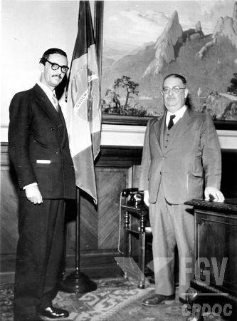 Jânio Quadros (de terno escuro) foi eleito presidente em 1960 e governou o país por poucos meses*