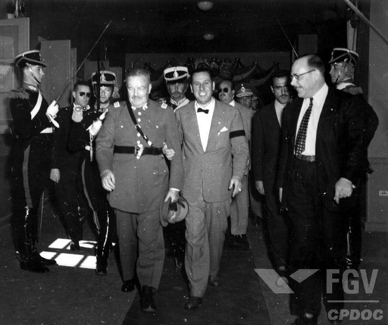 Juan Domingo Perón (de gravata borboleta) foi eleito presidente em 1946 e destituído da presidência por um golpe militar em 1955.*