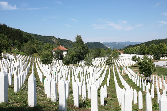 Memorial bósnio para as vítimas mortas no massacre de Srebrenica