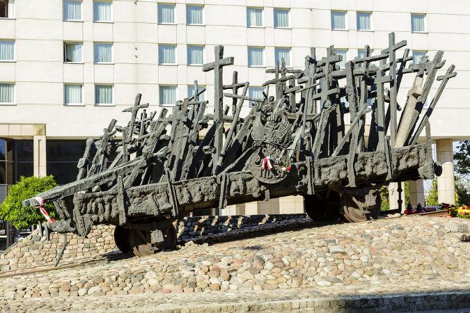 Memorial polonês, criado em 1995, em homenagem às vítimas do Massacre de Katyn *