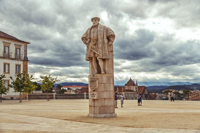 Monumento a João III, o rei português que estabeleceu a criação das capitanias hereditárias no Brasil *