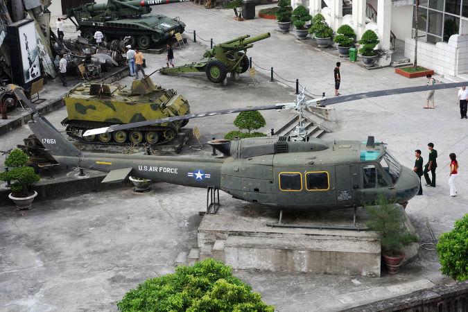 Museu em Hanói com as armas utilizadas na Guerra do Vietnã em exposição *