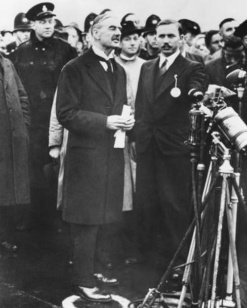 """Neville Chamberlain, primeiro-ministro do Reino Unido, foi o grande defensor da """"política do apaziguamento"""" durante a Conferência de Munique."""